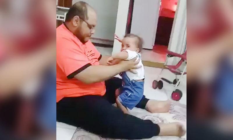 ویڈیو سے اندازہ ہوتا ہے کہ بچی کم عمری کی وجہ سے پاؤں پر کھڑی نہیں ہوسکتی—اسکرین شاٹ