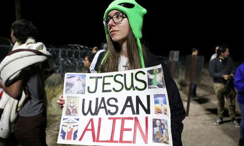 وہاں پہنچنے والے افراد نے مختلف نعروں پر مبنی بینر بھی اٹھا رکھے تھے—فوٹو: رائٹرز