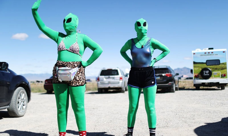 لوگ پراسرار مقام پر بھی اچھوتے انداز اپناتے دکھائی دیے—فوٹو: اے ایف پی