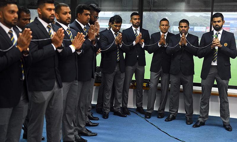 پاکستان روانگی سے قبل سری لنکن ٹیم کے کھلاڑی عبادت کرتے ہوئے فتح کیلئے دعا کر رہے ہیں— فوٹو: اے ایف پی