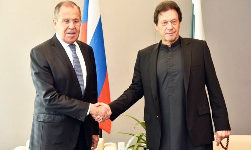 Prime Minister Imran Khan shakes hands with Russian Foreign Minister Sergei Lavrov. — Photo: FO