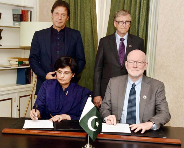 NEW YORK: Prime Minister Imran Khan and Bill Gates, co-chair of the Bill and Melinda Gates Foundation, witness the signing of an MoU in support of the government's Ehsaas Initiative for poverty alleviation.—PPI