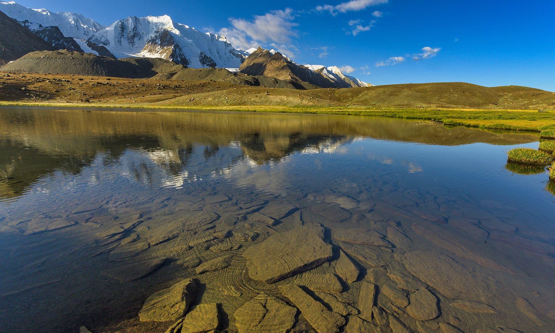 لیلیٰ رباط سے کرومبر کو جاتے راستے میں پڑنے والی ایک جھیل—سید مہدی بخاری