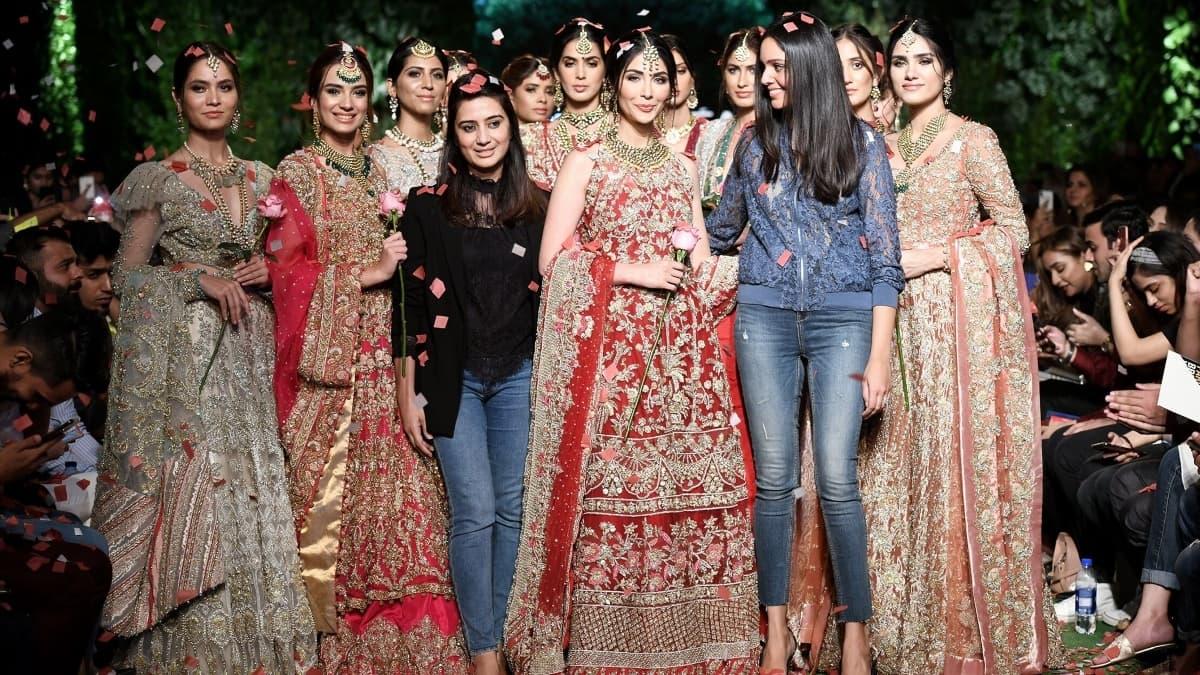 سائرہ شکیرا نے سرخ اور سنہری رنگت کی ملبوسات متعارف کرائیں
