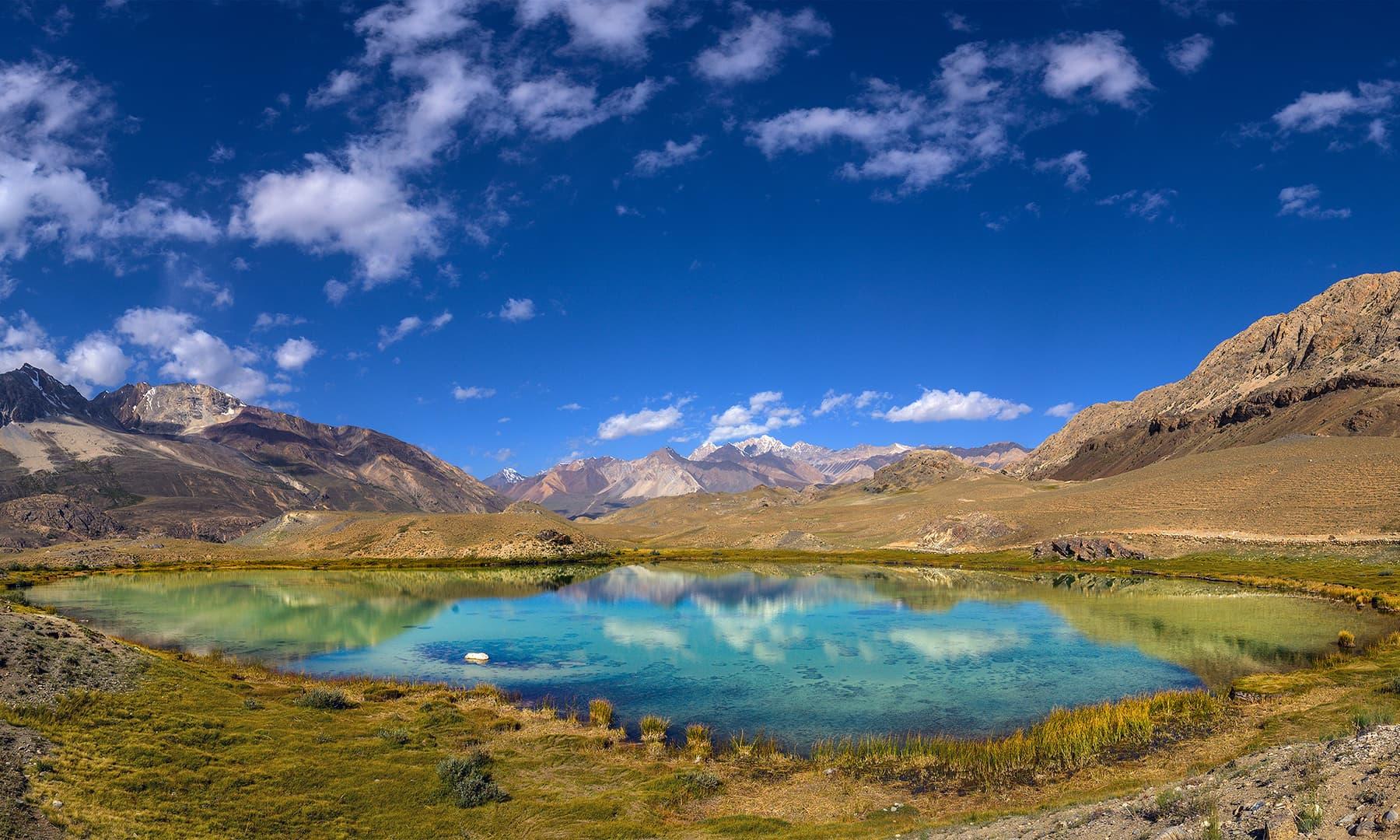 گھڑیل کے قریب واقع ایک جھیل—سید مہدی بخاری