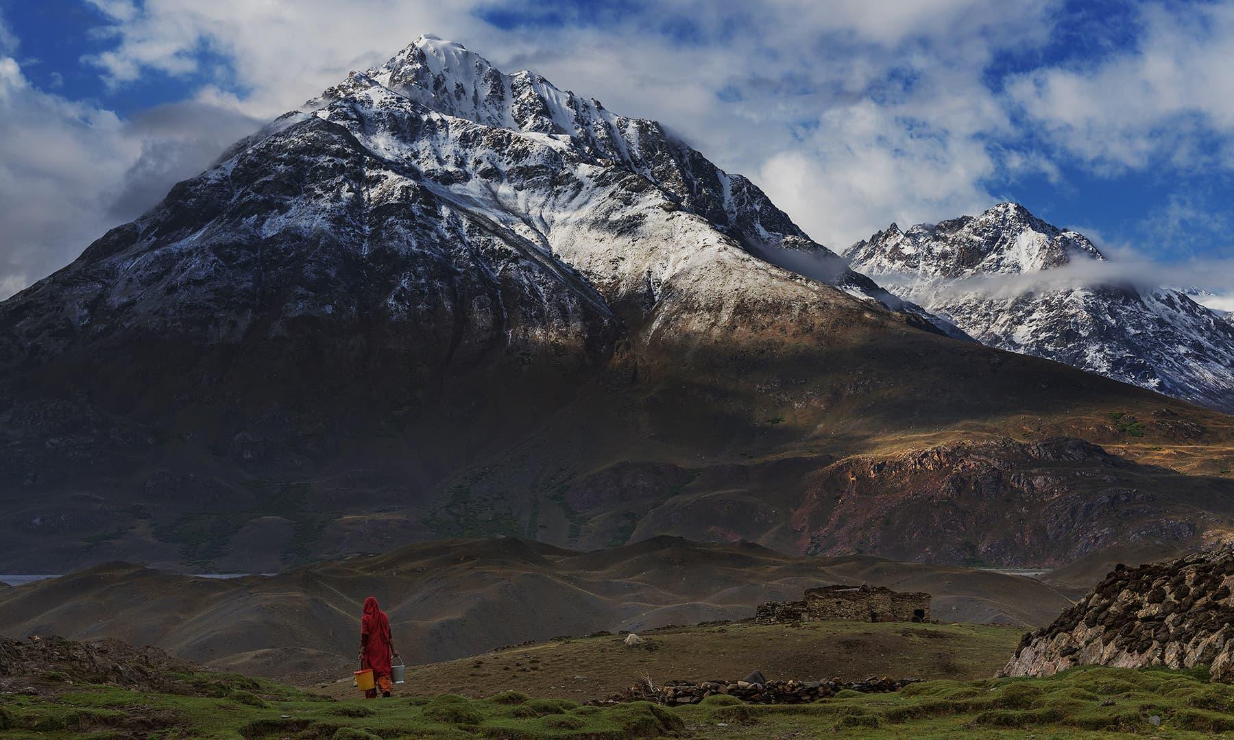 بلند و بالا پہاڑوں کے درمیان زندگی بسر کرتے لوگ—سید مہدی بخاری