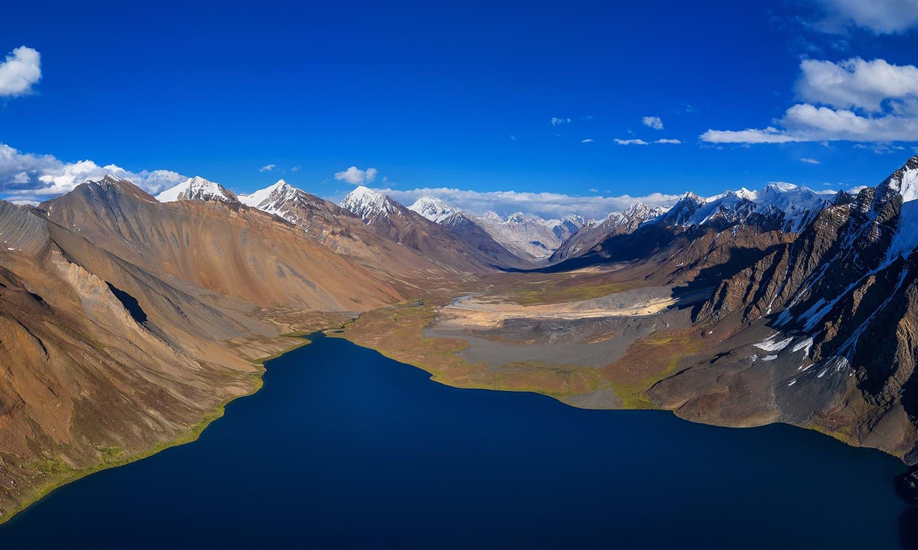 کرومبر جھیل کا بلندی سے نظارہ—سید مہدی بخاری