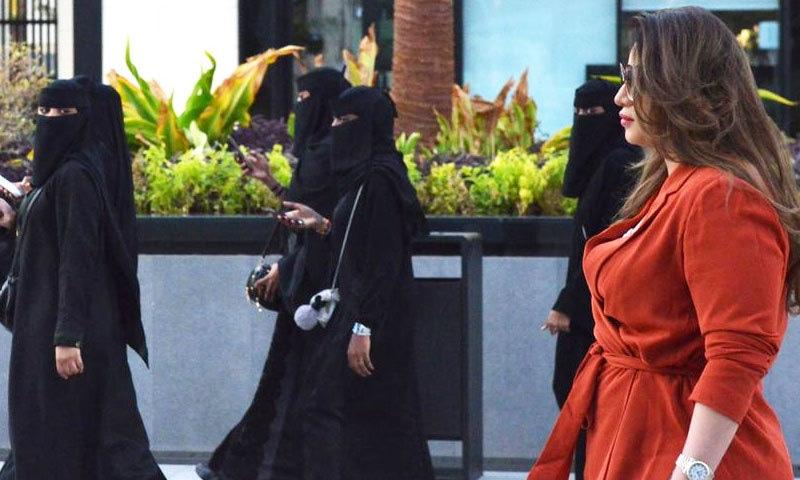 سعودی حکومت نے غیر ملکی سیاح خواتین کے لیے عبایا پہننے کی شرط کو بھی ختم کردیا ہے—فوٹو: اے ایف پی
