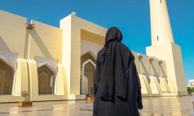 سیاح خواتین کے لیے عبایا کی شرط ختم کردی گئی لیکن انہیں مکمل لباس پہننا ہوگا — فائل فوٹو: آئی اسٹاک