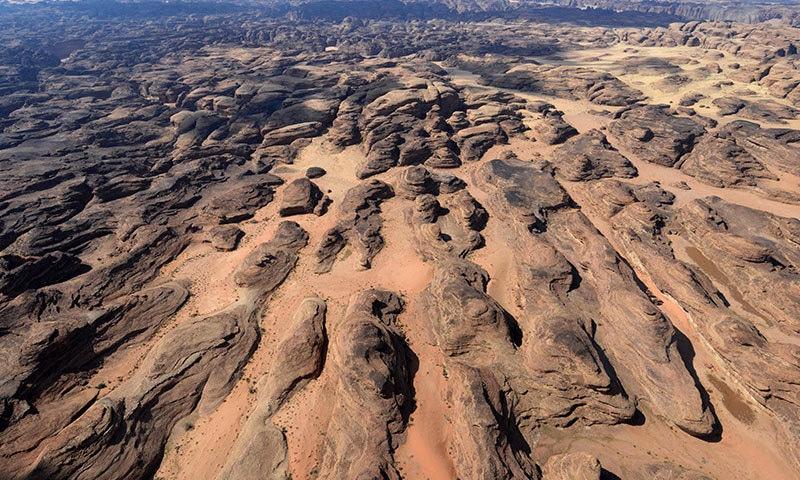 سعودی عرب میں سیاحوں کی کشش کا باعث بننے والا صحرائی علاقہ بھی موجود ہے—فوٹو: اے ایف پی