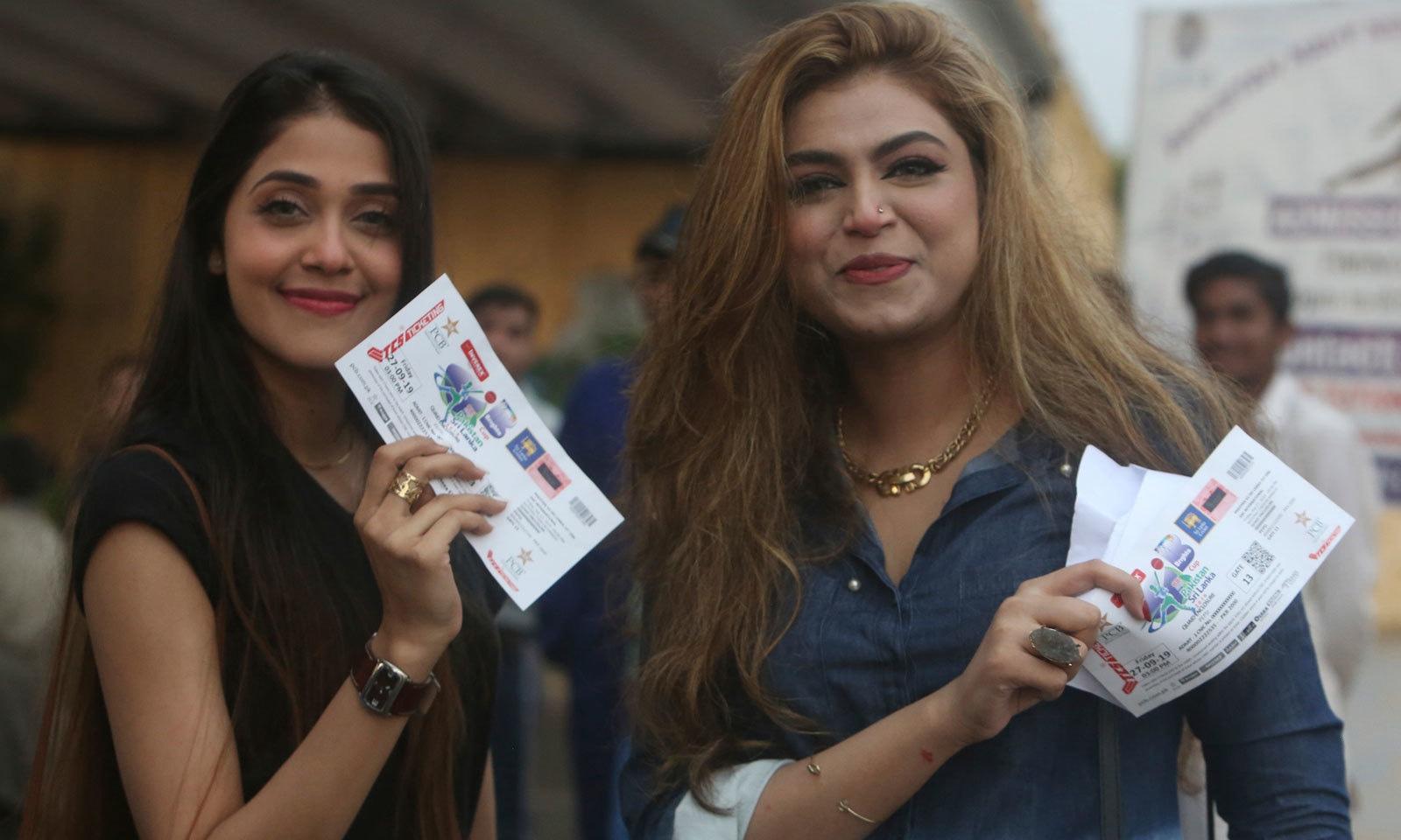 میچ دیکھنے لیے آئی خواتین شائقین کرکٹ کا اپنے ٹکٹ کے ہمراہ ایک انداز— فوٹو: اے پی