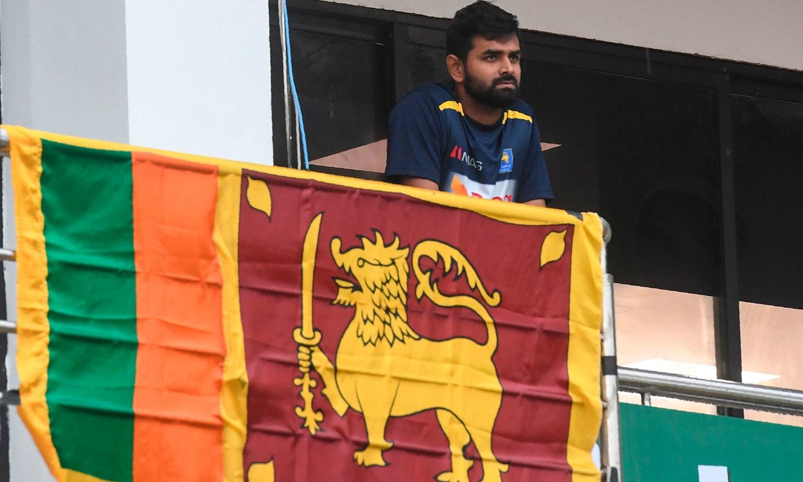 پہلا ون ڈے میچ منسوخ ہونے کے سبب سری لنکن کپتان لہیرو تھری مانے مایوس نظر آ رہے ہیں— فوٹو: اے ایف پی
