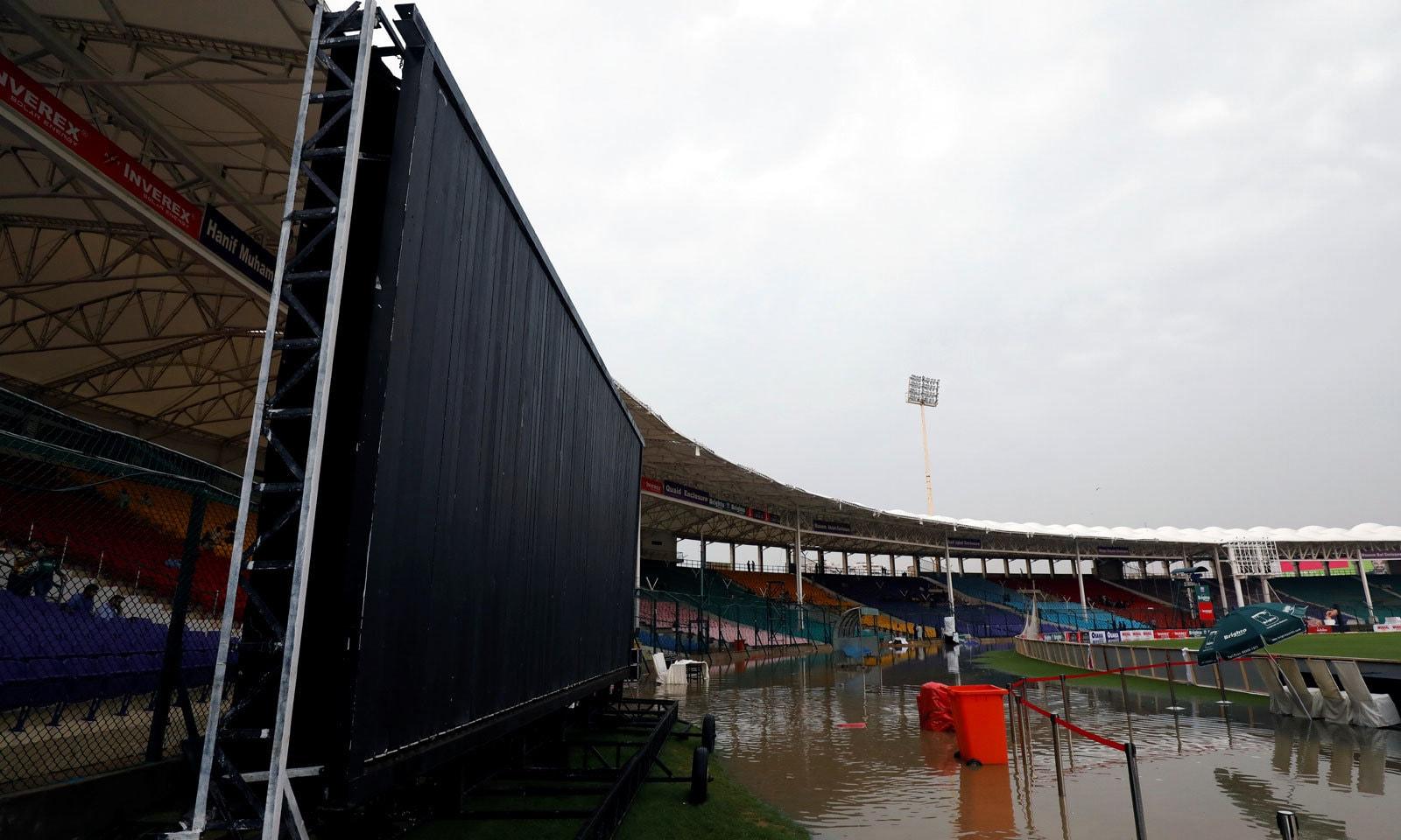 کراچی میں شدید بارش کے بعد نیشنل اسٹیڈیم میں جا بجا پانی بھر گیا تھا— فوٹو: رائٹرز