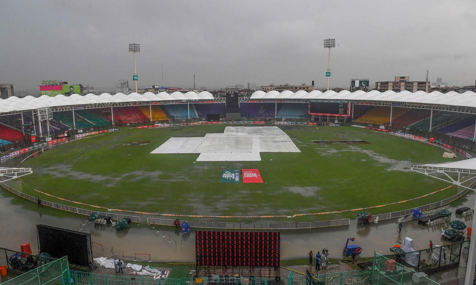 کراچی میں ہونے والی بارش کے بعد نیشنل اسٹیڈیم کا ایک منظر— فوٹو: اے ایف پی