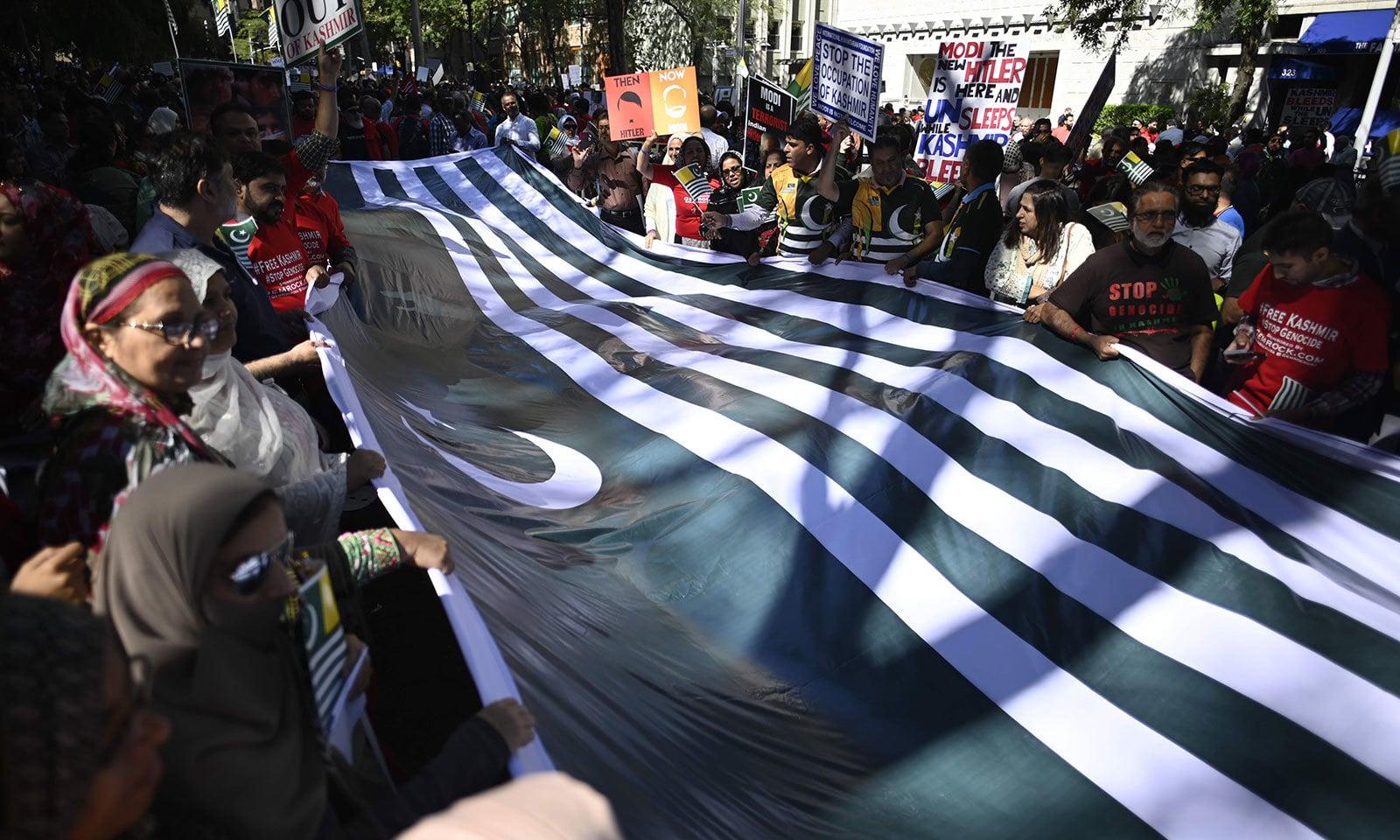 مظاہرین نے کشمیری پرچم اٹھا رکھا تھا—فوٹو:اے ایف پی