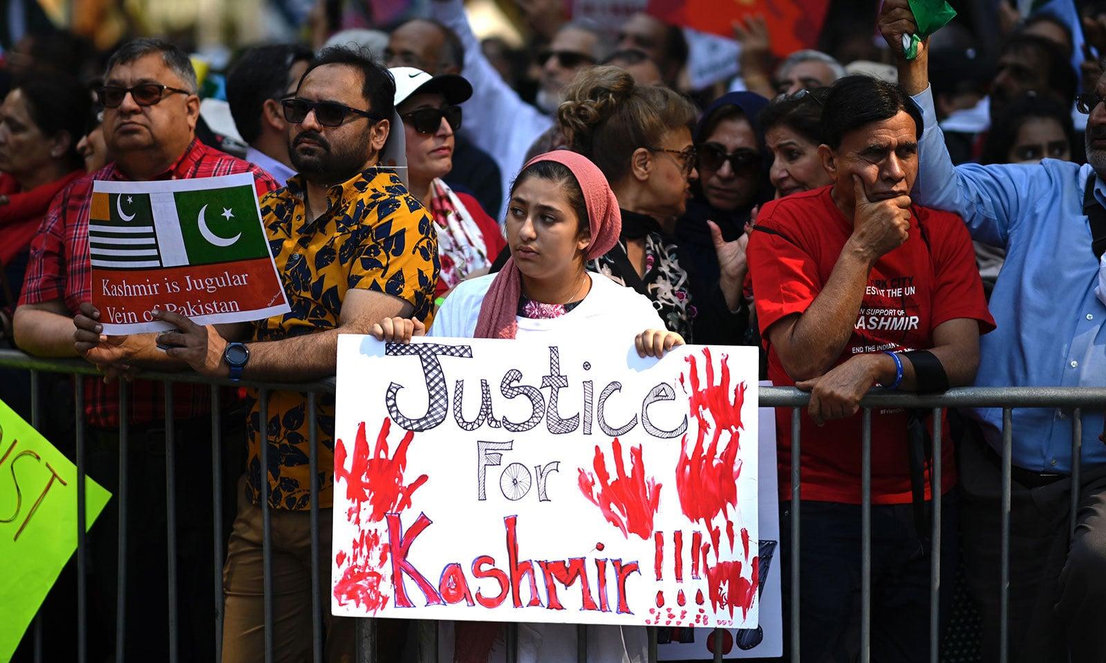 مظاہرین نے مقبوضہ کشمیر میں بھارتی مظالم کے خلاف نعرے لگائے—فوٹو:اے ایف پی