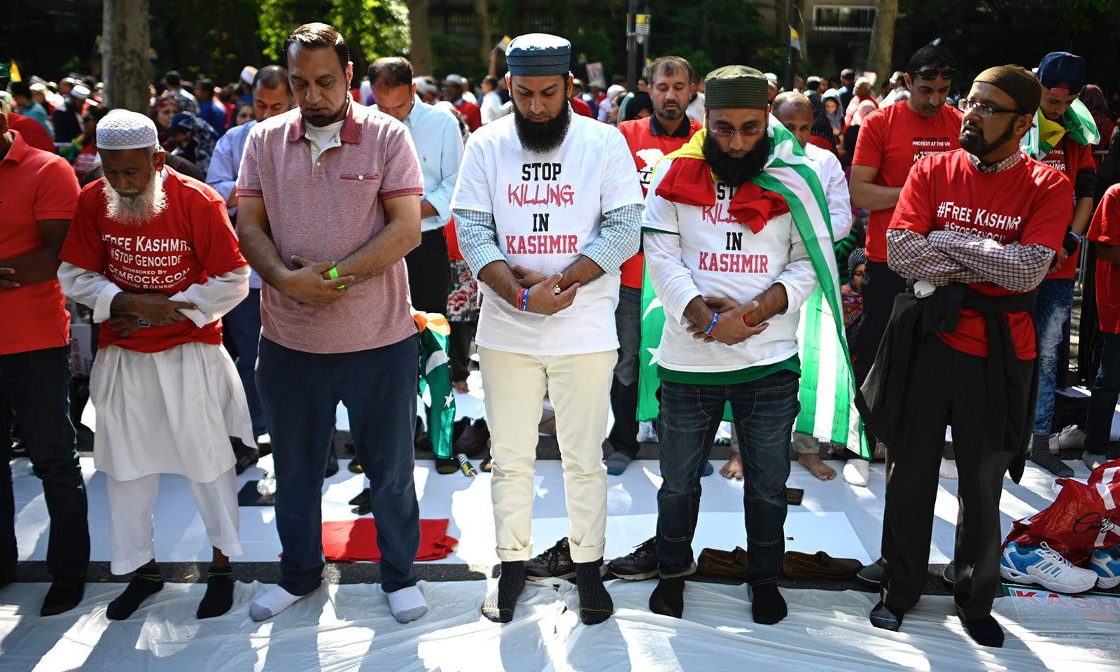اقوام متحدہ کے ہیڈکوارٹرز کے باہر جمع مظاہرین نے نماز بھی ادا کی—فوٹو:اے ایف پی