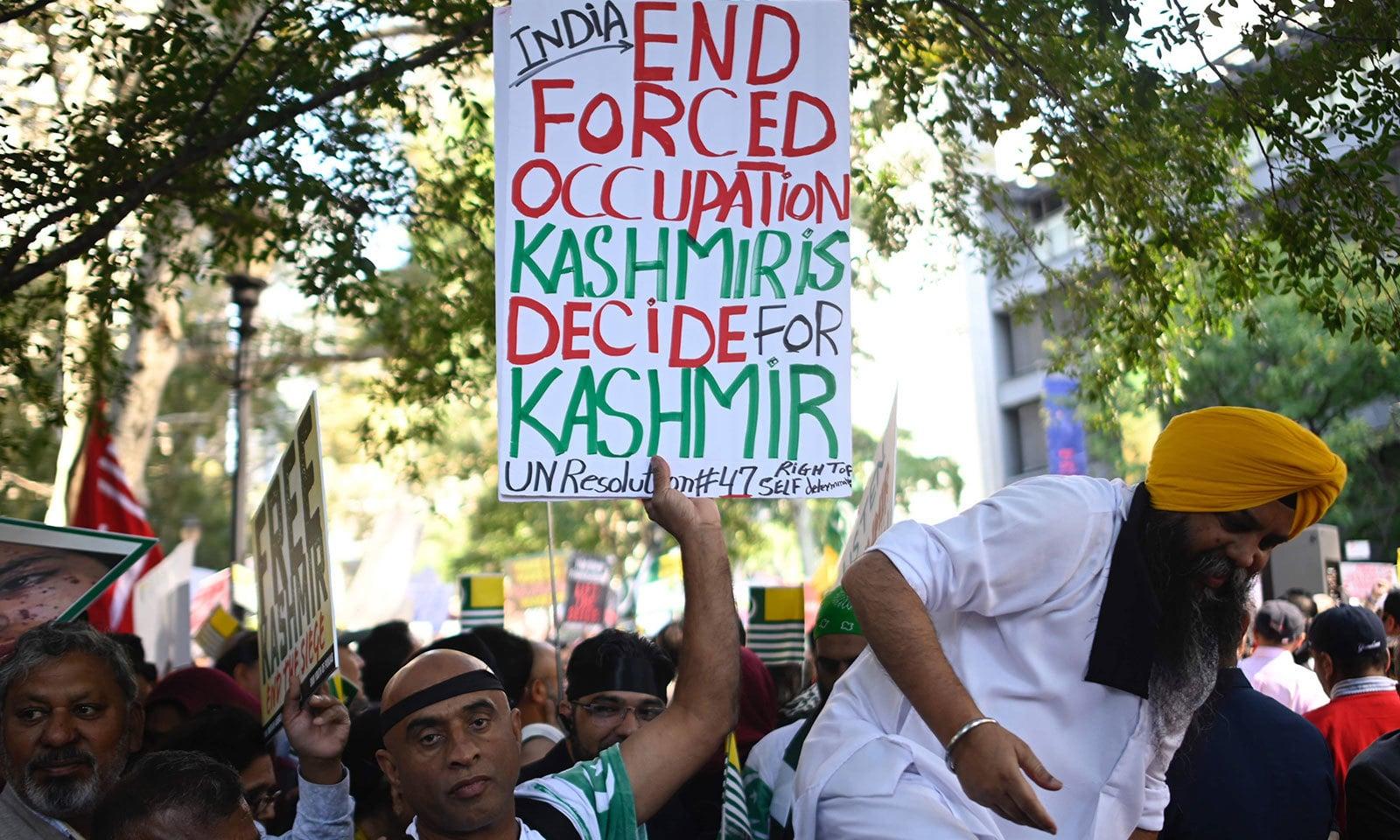 بھارت کے خلاف مظاہرے میں مسلمانوں کے ساتھ ساتھ سکھ برادری کے افراد بھی شامل تھے—فوٹو:اے ایف پی