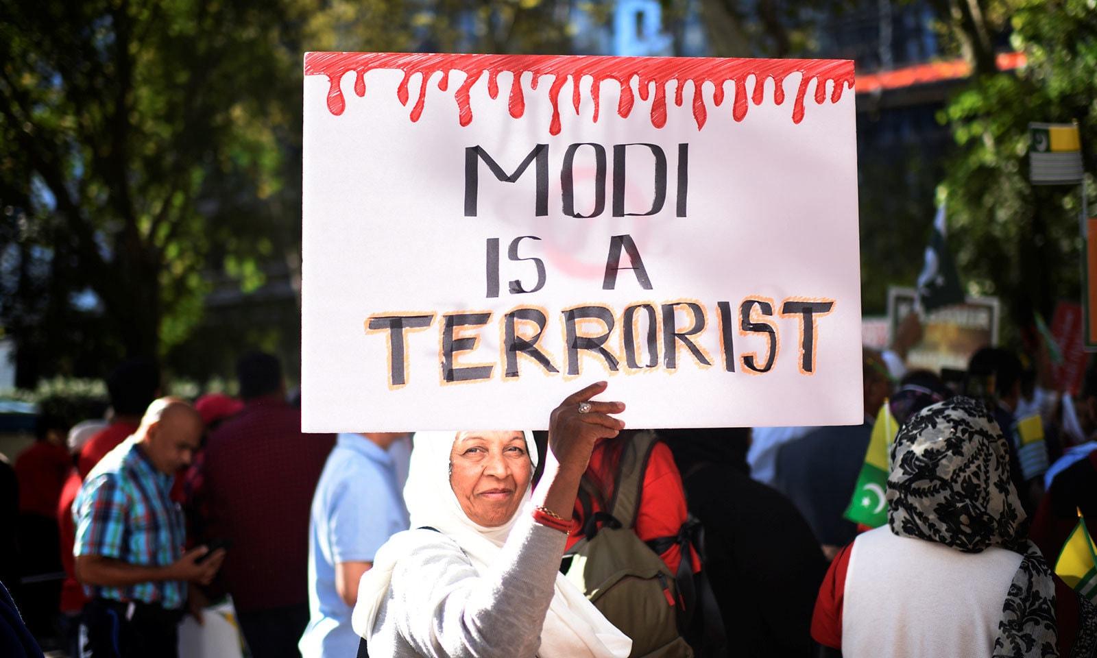 مظاہرین نے مودی کو دہشت گرد قرار دیا—فوٹو:رائٹرز