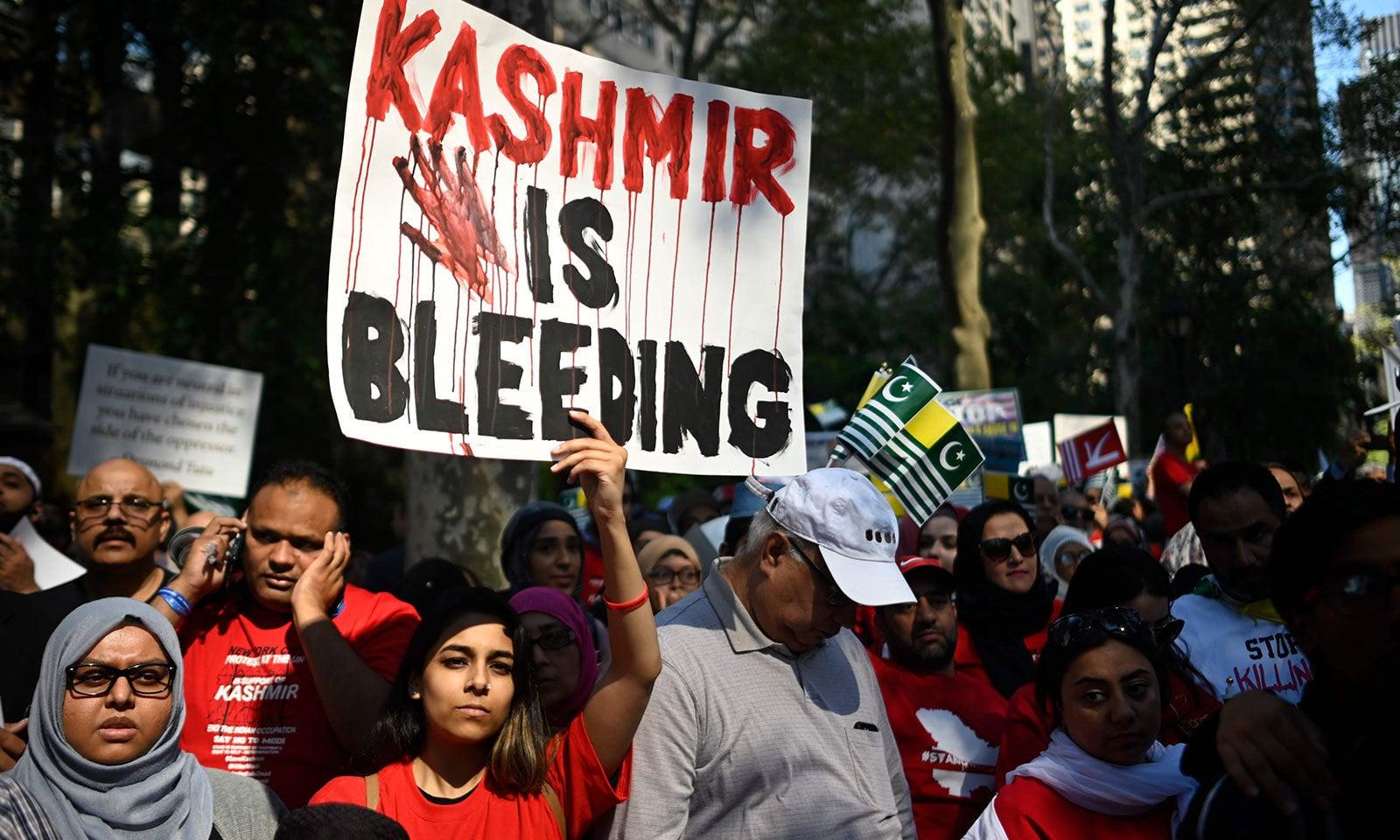 احتجاج کے دوران کشمیریوں کی حالت زار کو اجاگر کیا گیا—فوٹو: اے ایف پی