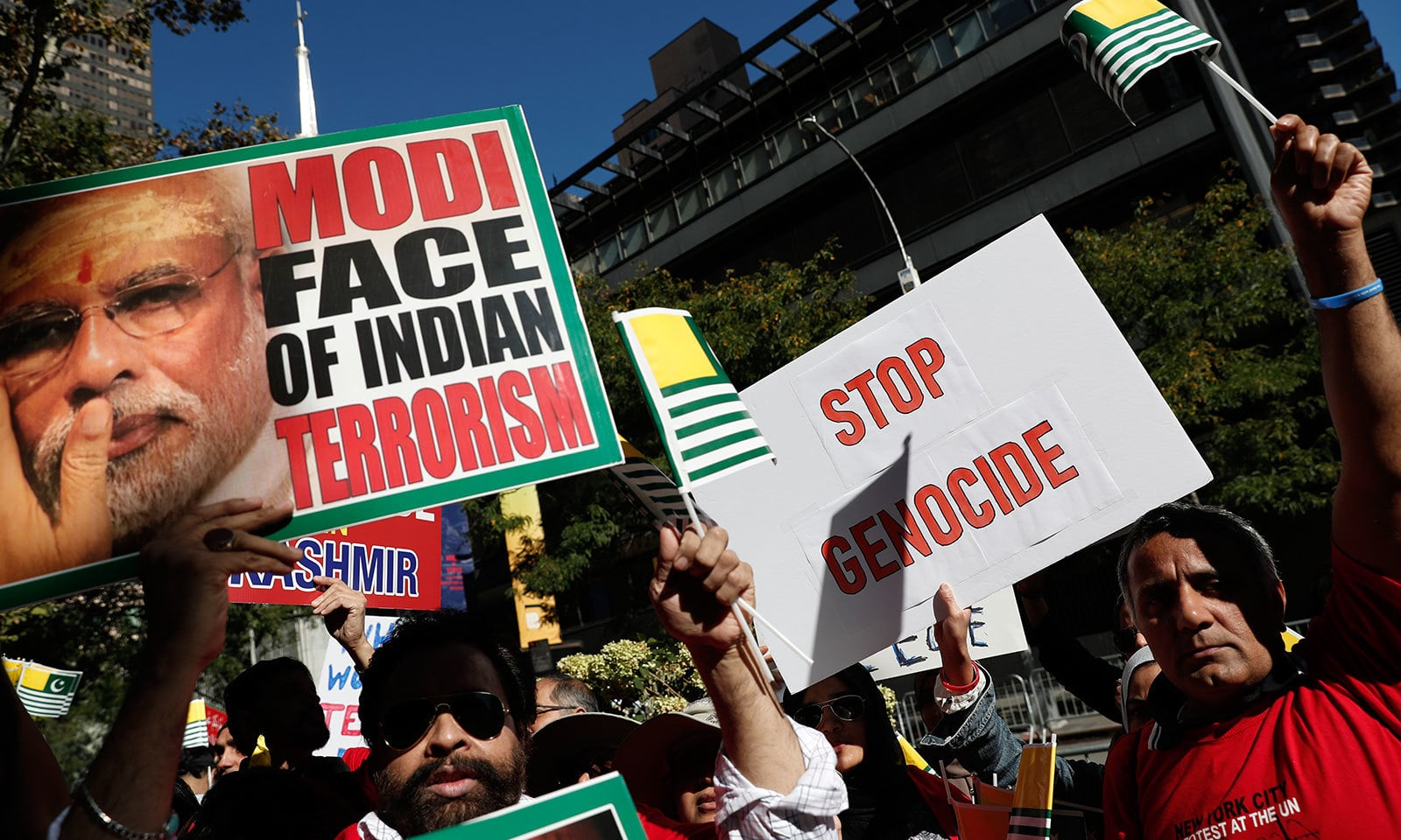 اقوام متحدہ کے دفتر کے باہر مظاہرین نے مودی کو بھارتی دہشت گردی کے چہرے کے طور پر دکھایا—فوٹو:رائٹرز