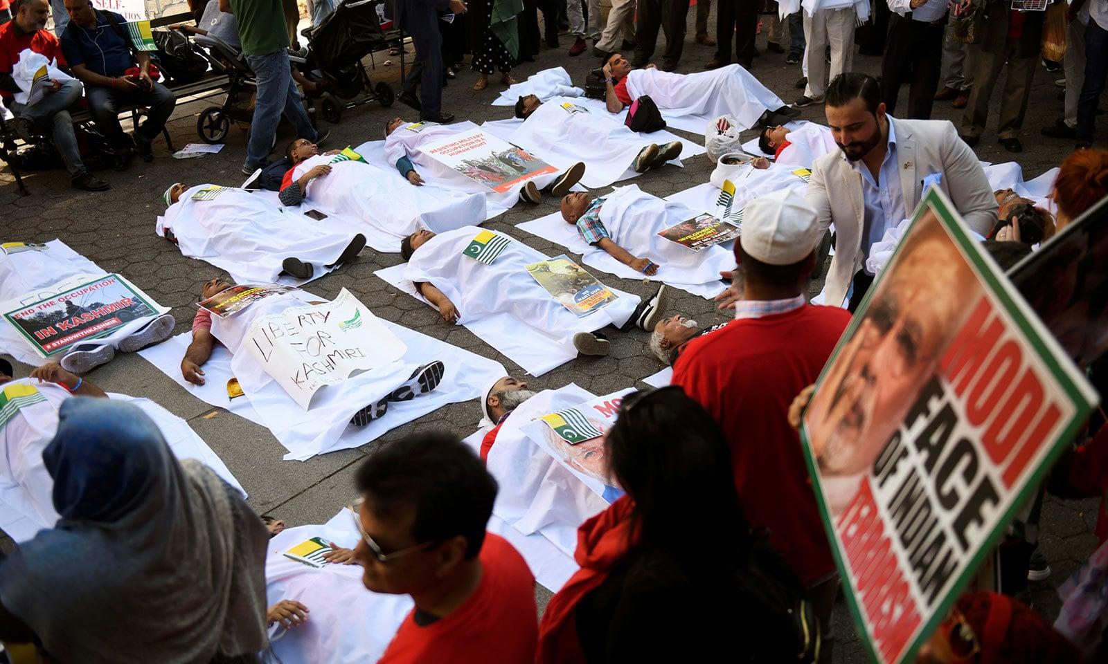 کشمیر میں معصوم افراد کی شہادت کو بھی اقوام متحدہ کے مرکز کے باہر ڈرامائی انداز میں پیش کیا گیا—فوٹو:اے ایف پی