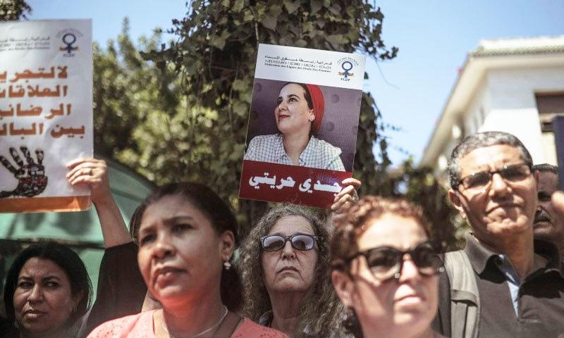 خاتون صحافی کی گرفتاری کے خلاف احتجاجوں میں عمر رسیدہ خواتین و مرد بھی شامل تھے —فوٹو: رائٹرز