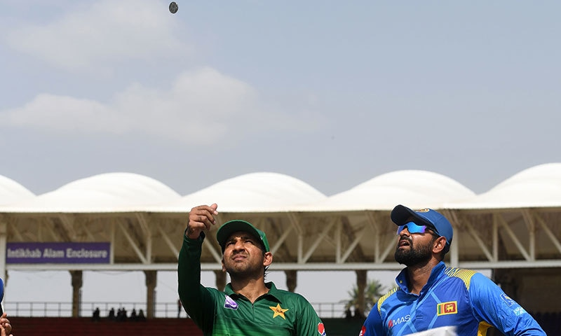قومی ٹیم کے کپتان سرفراز احمد ٹاس کا سکہ  اچھا رہے ہیں— فوٹو: اے ایف پی