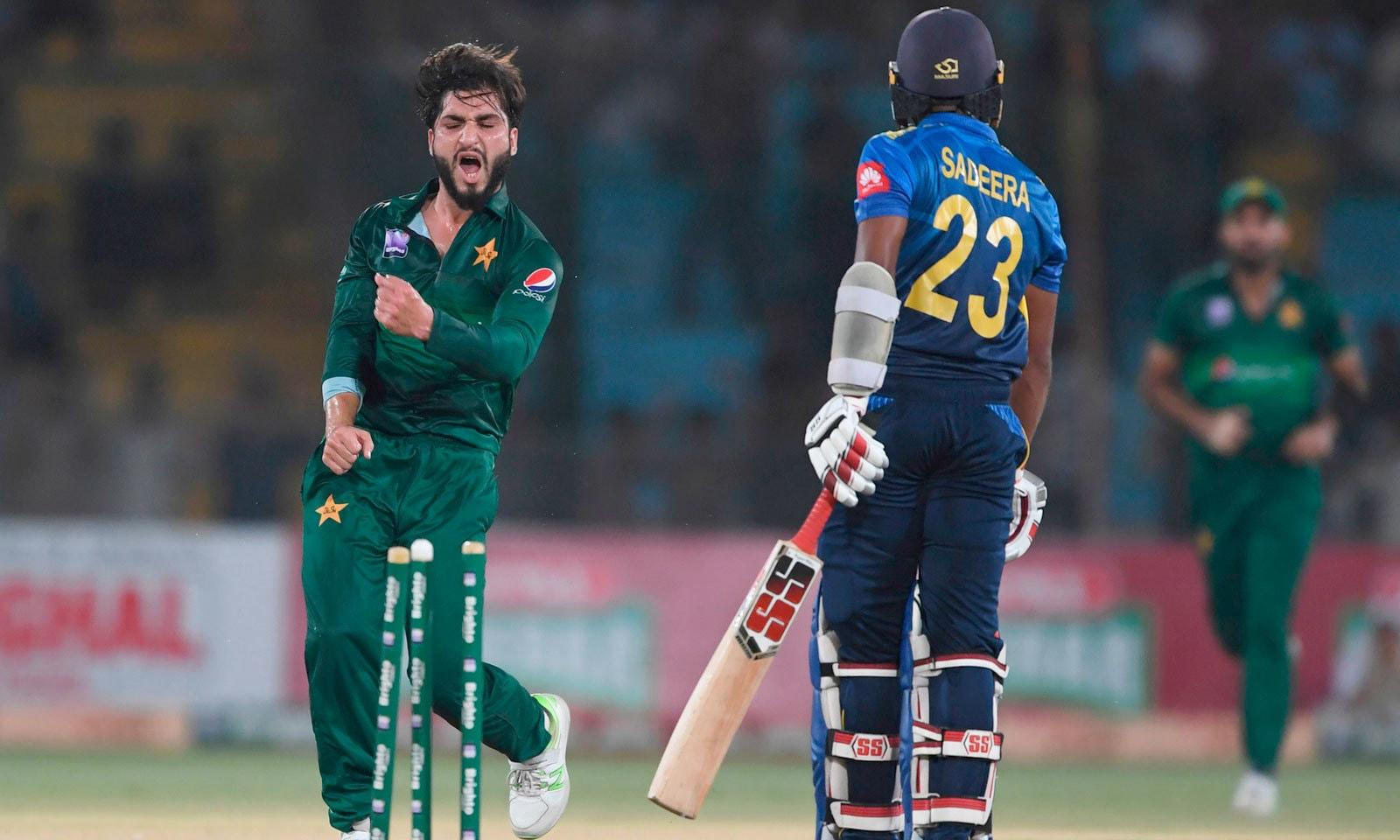 عثمان خان شنواری نے عمدہ باؤلنگ کرتے ہوئے 5 وکٹیں حاصل کیں— فوٹو: اے ایف پی