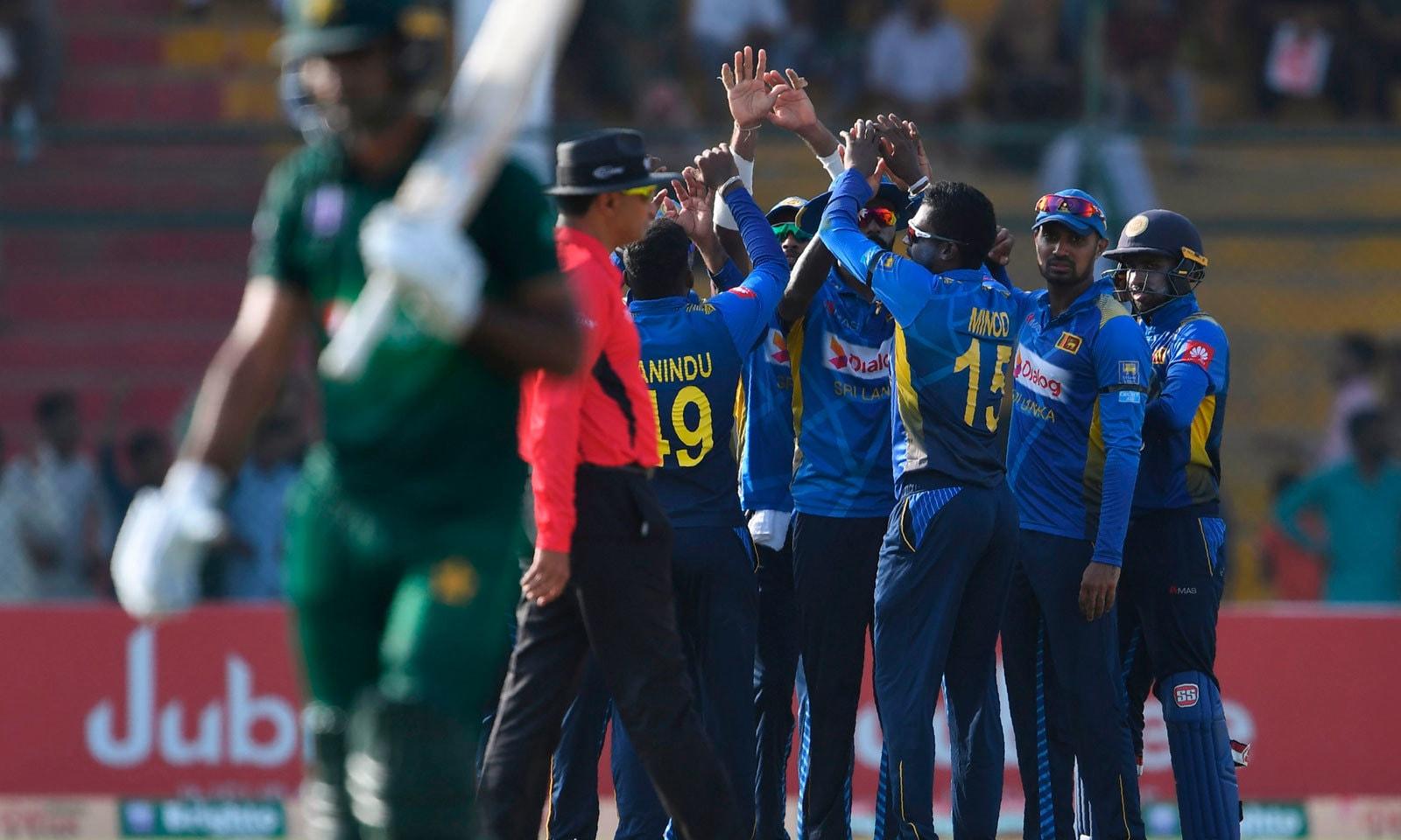 سری لنکا کی جانب سے ہسارنگا ڈی سلوا نے ابتدائی دونوں وکٹیں حاصل کیں— فوٹو: اے ایف پی