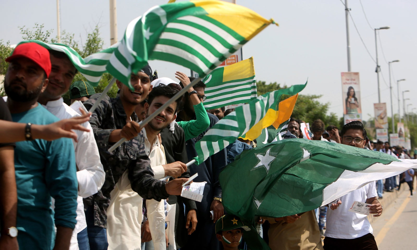 شائقین کرکٹ پاکستان کے ساتھ ساتھ کشمیر کے جھنڈے لے کر بھی اسٹیڈیم میں آئے تھے— فوٹو: اے ایف پی