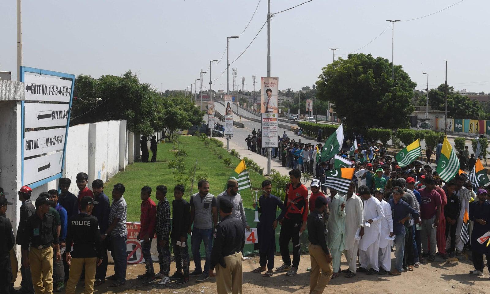 اسٹیڈیم میں آںے کے لیے شائقین کرکٹ قطاریں لگا کر کھڑے ہیں— فوٹو: اے ایف پی
