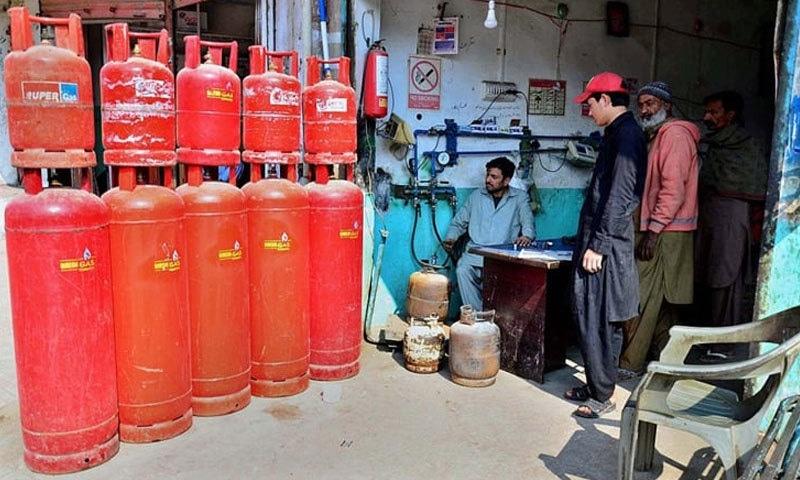 ایل پی جی کی قیمت 12 روپے 53 پیسے فی کلو اضافے کے بعد  125 روپے 5 پیسے ہوگئی — فائل فوٹو: ڈان