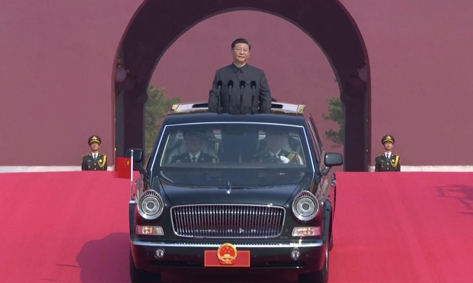 تقریب میں چینی صدر شی جن پنگ سرمئی رنگ کے 'ماؤ' سوٹ میں ملبوس تھے — فوٹو: اے پی