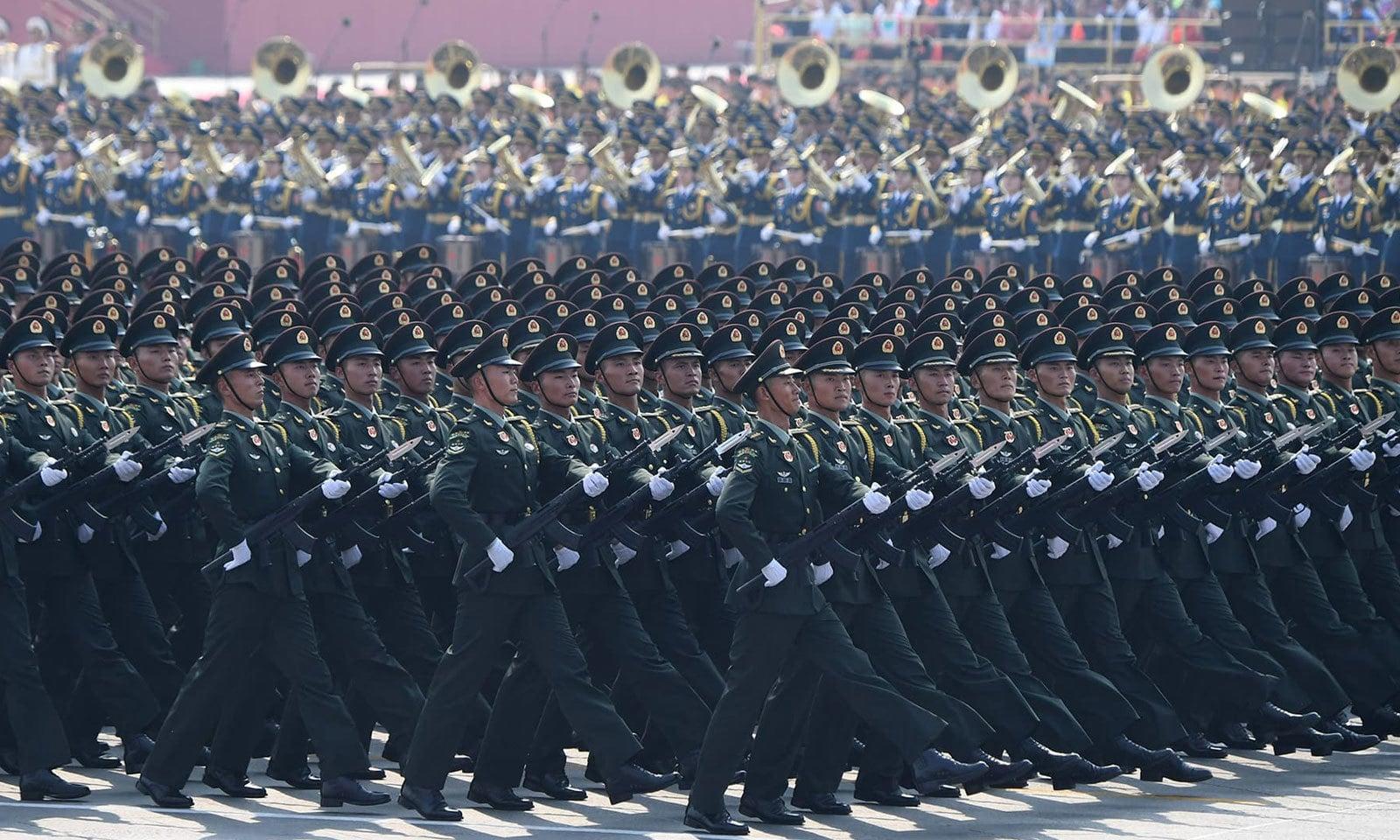 بیجنگ کے تیانامن اسکوائر میں فوجی پریڈ کے دوران اہلکار مارچ کر رہے ہیں — فوٹو: اے ایف پی