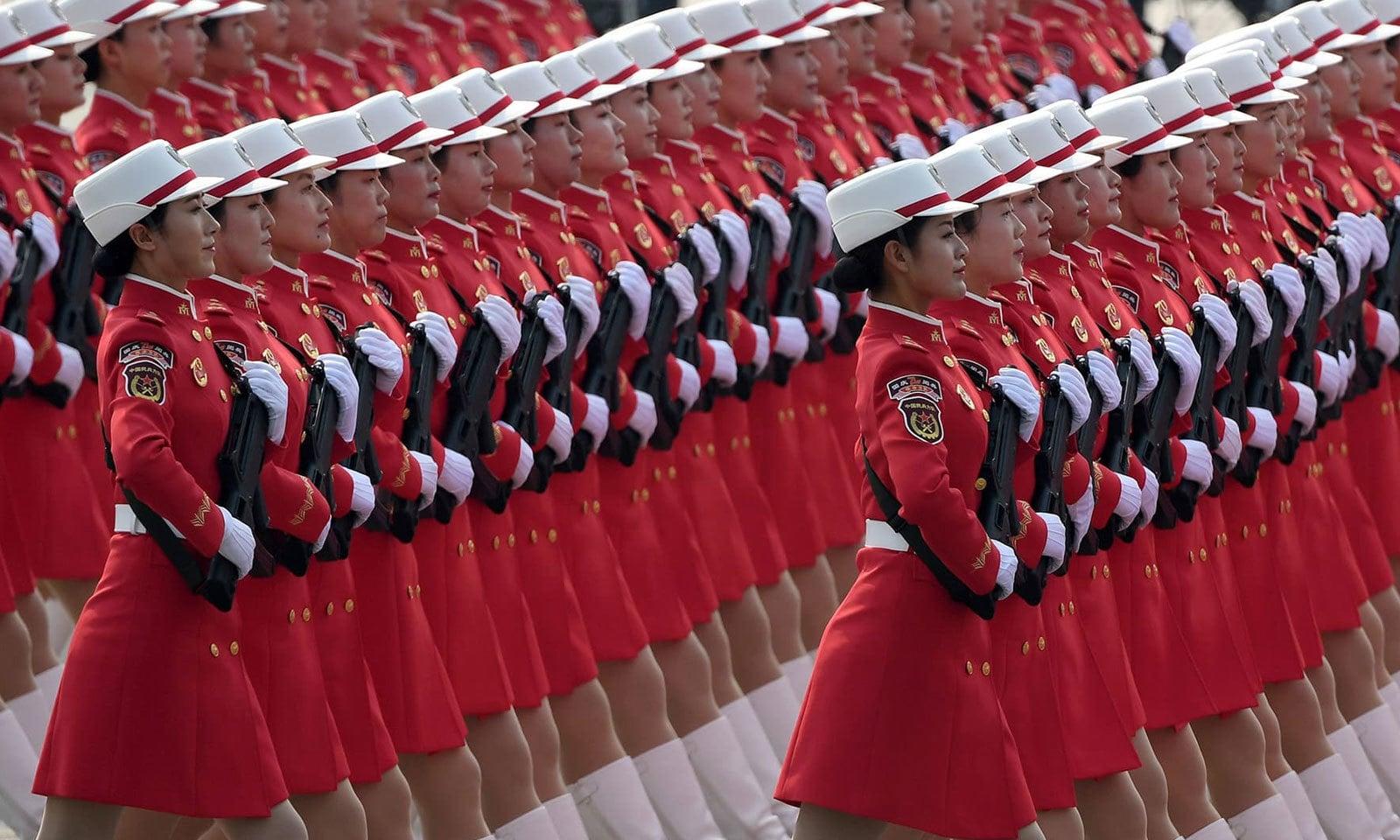 چین کی پیپلز لبریشن آرمی کی خواتین اہلکاروں نے بھی تقریب میں حصہ لیا — فوٹو: اے ایف پی