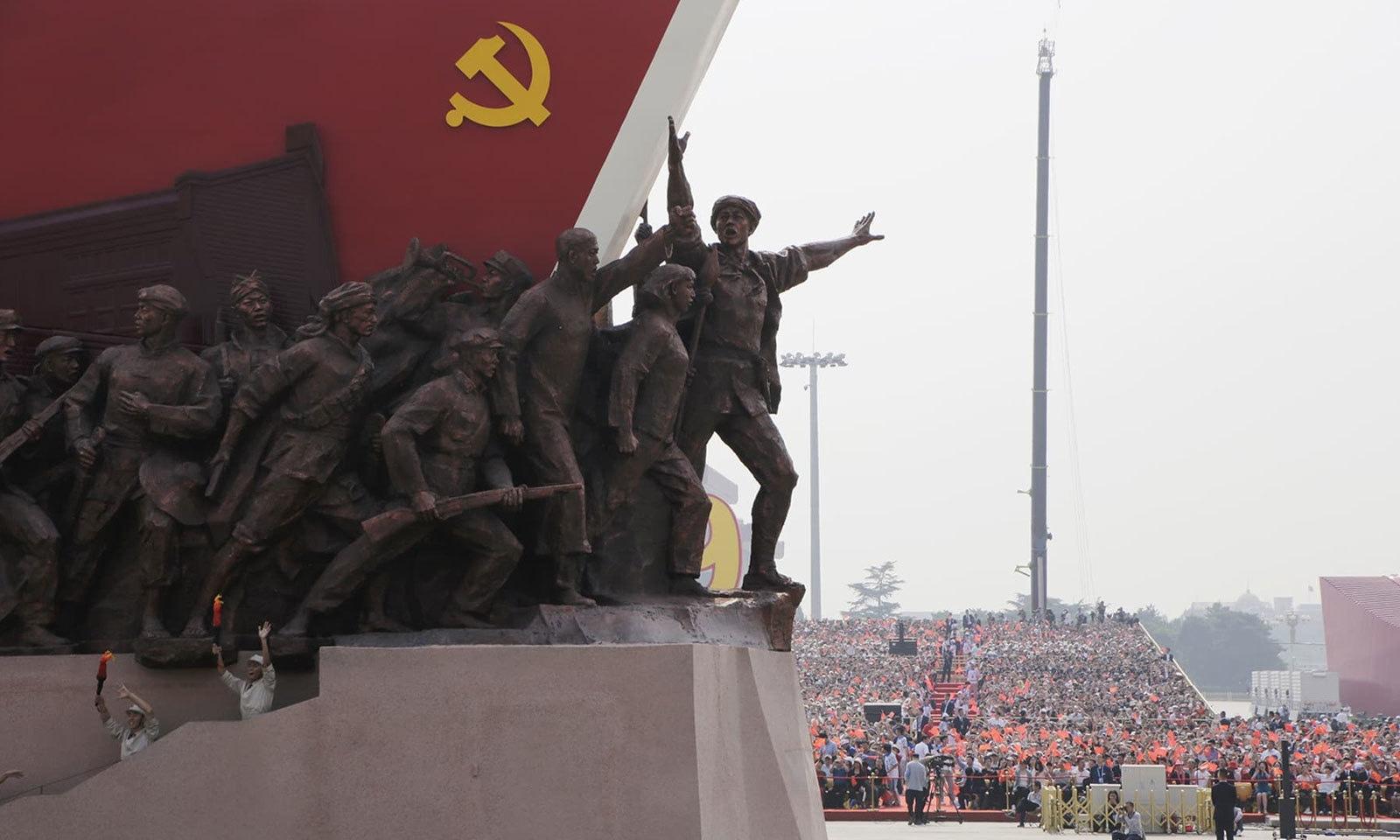 تیانانمن یا گیٹ آف ہیوینلی پیس کے مقام پر ماؤ زے تنگ نے آج ہی کے روز 1949 میں عوامی جمہوریہ چین کی بنیاد رکھی تھی — فوٹو: رائٹرز