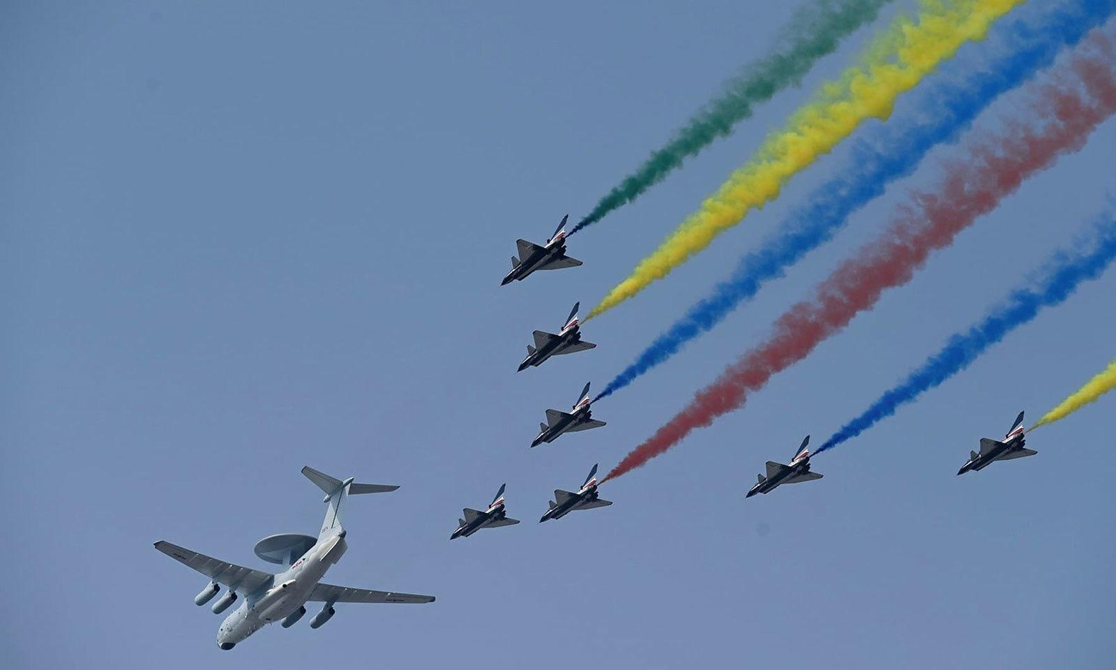 تقریب میں فوجی طیاروں نے شاندار فلائی پاسٹ کیا — فوٹو: اے ایف پی
