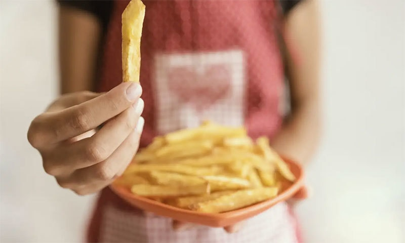 محض فاسٹ فوڈ کھانے کی عادت سے خاتون کو بینائی سے محرومی کا خطرہ