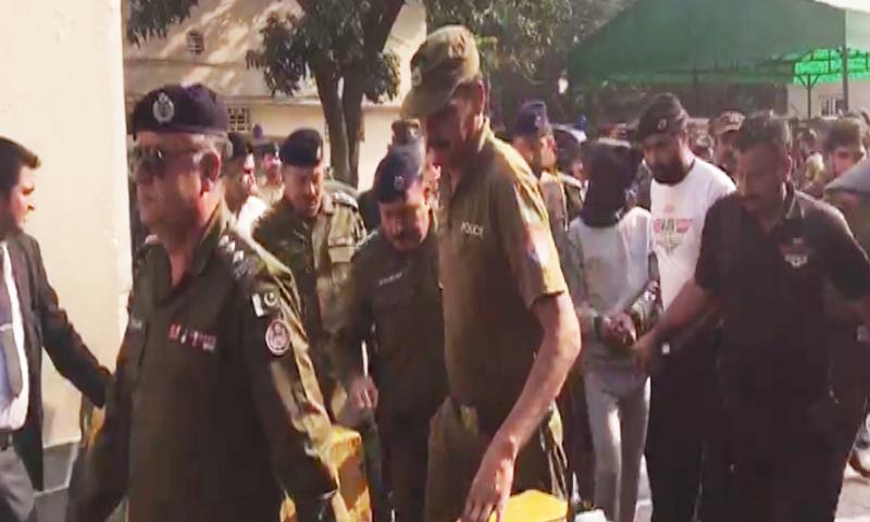 ملزم کو چہرہ ڈھانپ کر سخت سیکیورٹی میں پیش کیا گیا—اسکرین شاٹ
