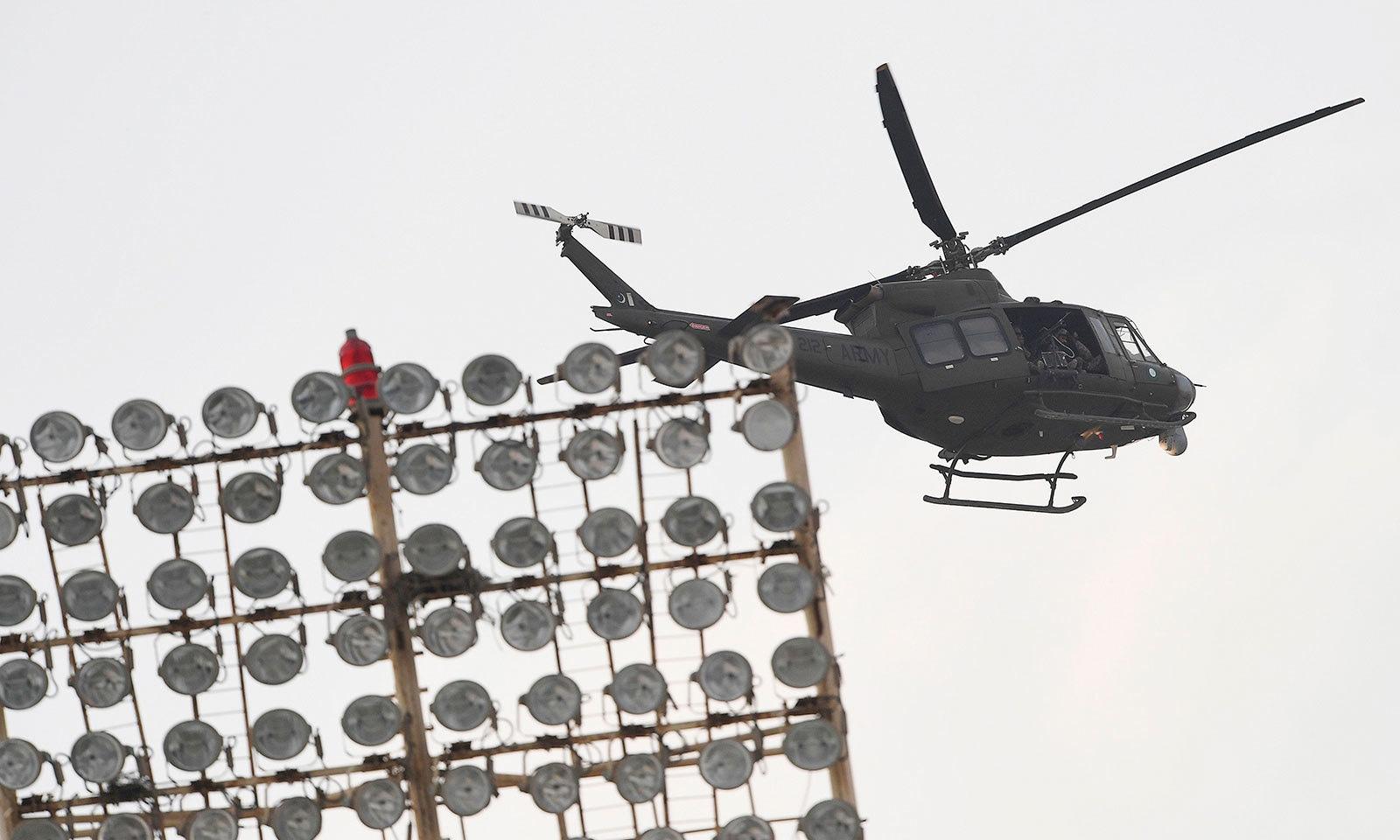 کراچی میں میچ کے دوران ہیلی کاپٹر کے ذریعے سیکیورٹی کی نگرانی کی گئی—فوٹو:اے ایف پی