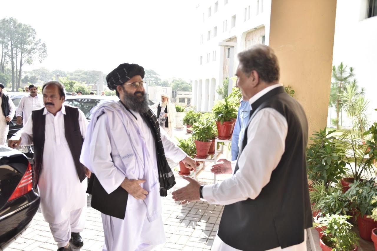 طالبان وفد کے دفتر خارجہ پہنچنے پر وزیر خارجہ نے ان کا استقبال کیا —تصویر: نوید صدیقی