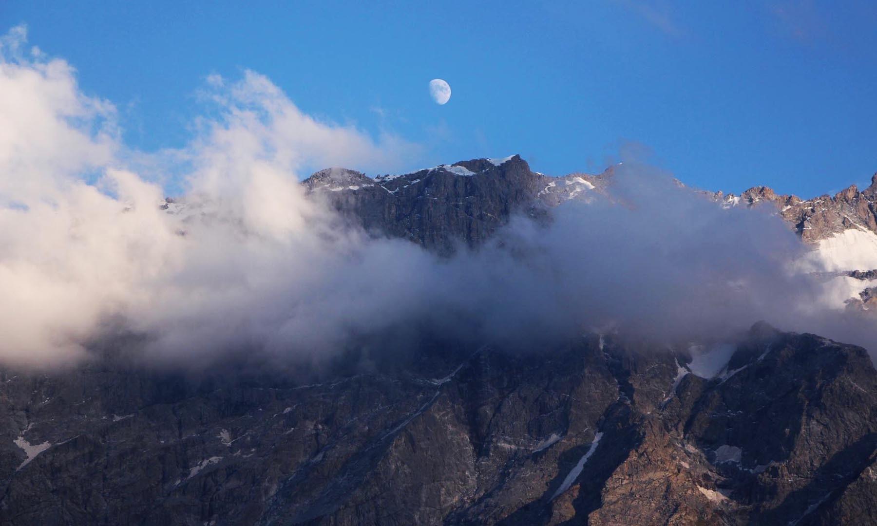 مانکیال سیریز کا ایک پہاڑ، اڑتے بادل اور چاند سماں باندھ رہے ہیں