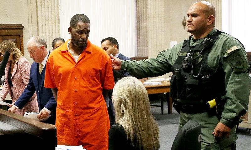 جرم ثابت ہونے پر آر کیلی کو 10 سے 20 سال قید کی سزا ہوسکتی ہے—فائل فوٹو: اے پی