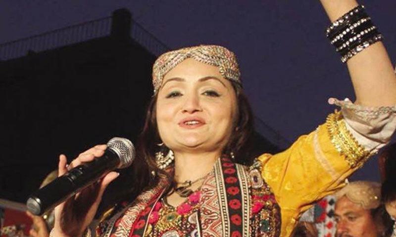 شازیہ خشک سندھی و بلوچی ثقافتی لباس شوق سے پہنتی ہیں—فوٹو: فیس بک