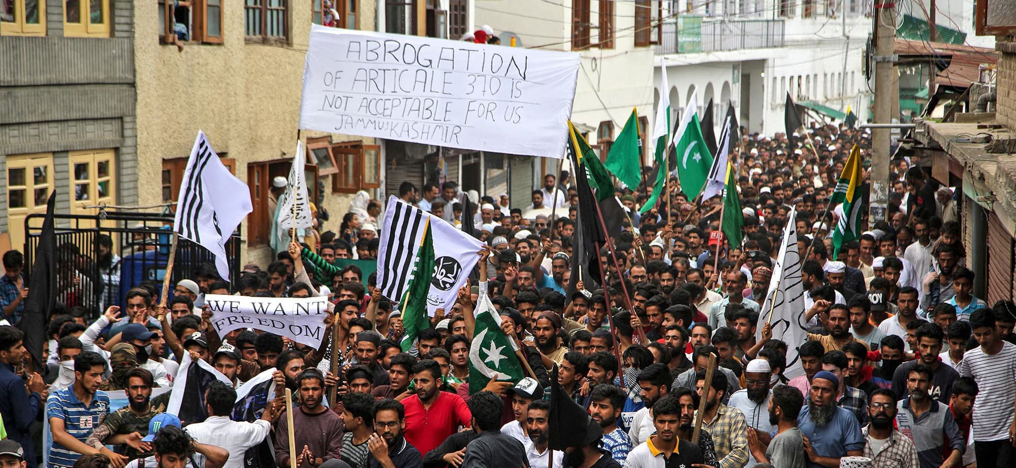 In this photo taken on August 9, 2019, Kashmiri Muslims shout pro-freedom slogans during a protest in Srinagar. - Big queues formed in Indian-administered Kashmir's main city on August 10 outside cash machines and food stores as authorities eased a crippling curfew to let the Himalayan region prepare for a major Muslim festival, residents said. (Photo by STR / AFP) — AFP or licensors