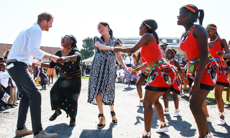 شاہی جوڑے نے افریقا میں مقامی رقص بھی کیا تھا—فوٹو: اے ایف پی