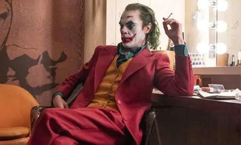 فلم میں ایک اسٹینڈ اپ کامیڈین جوکر کو جرائم کی دنیا میں تہلکہ مچاتے ہوئے دکھایا گیا ہے—اسکرین شاٹ