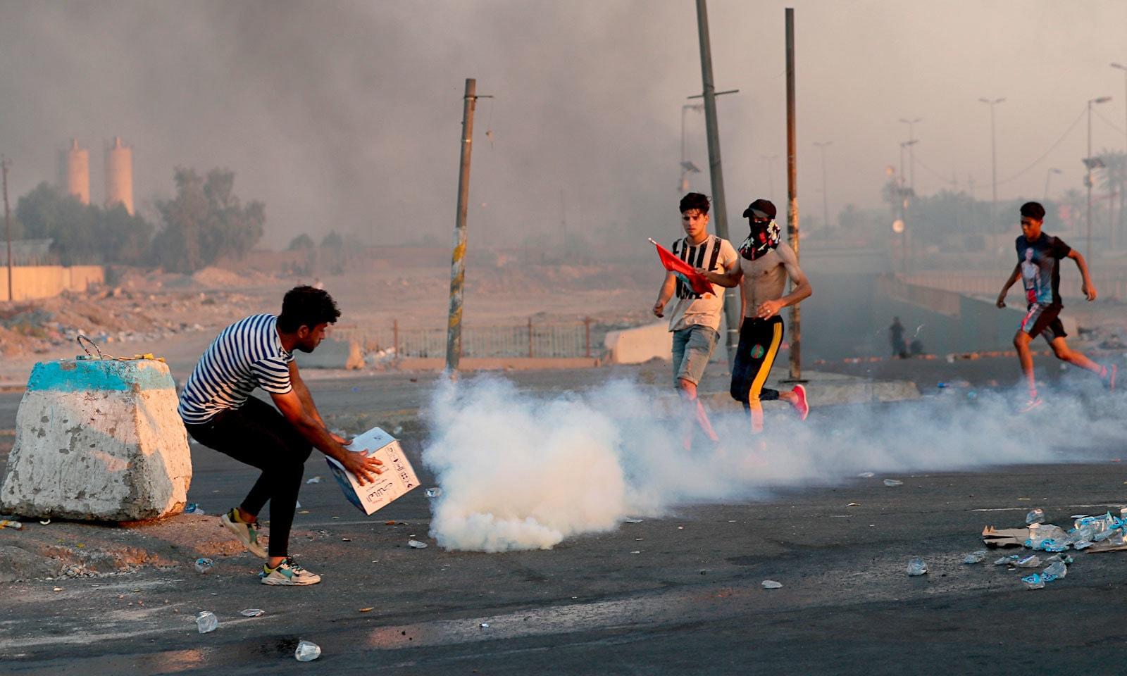 حکومت مخالف مظاہرین کو منتشر کرنے کیلئے سیکیورٹی فورسز آنسو گیس استعمال کر رہی ہے — فوٹو: اے پی