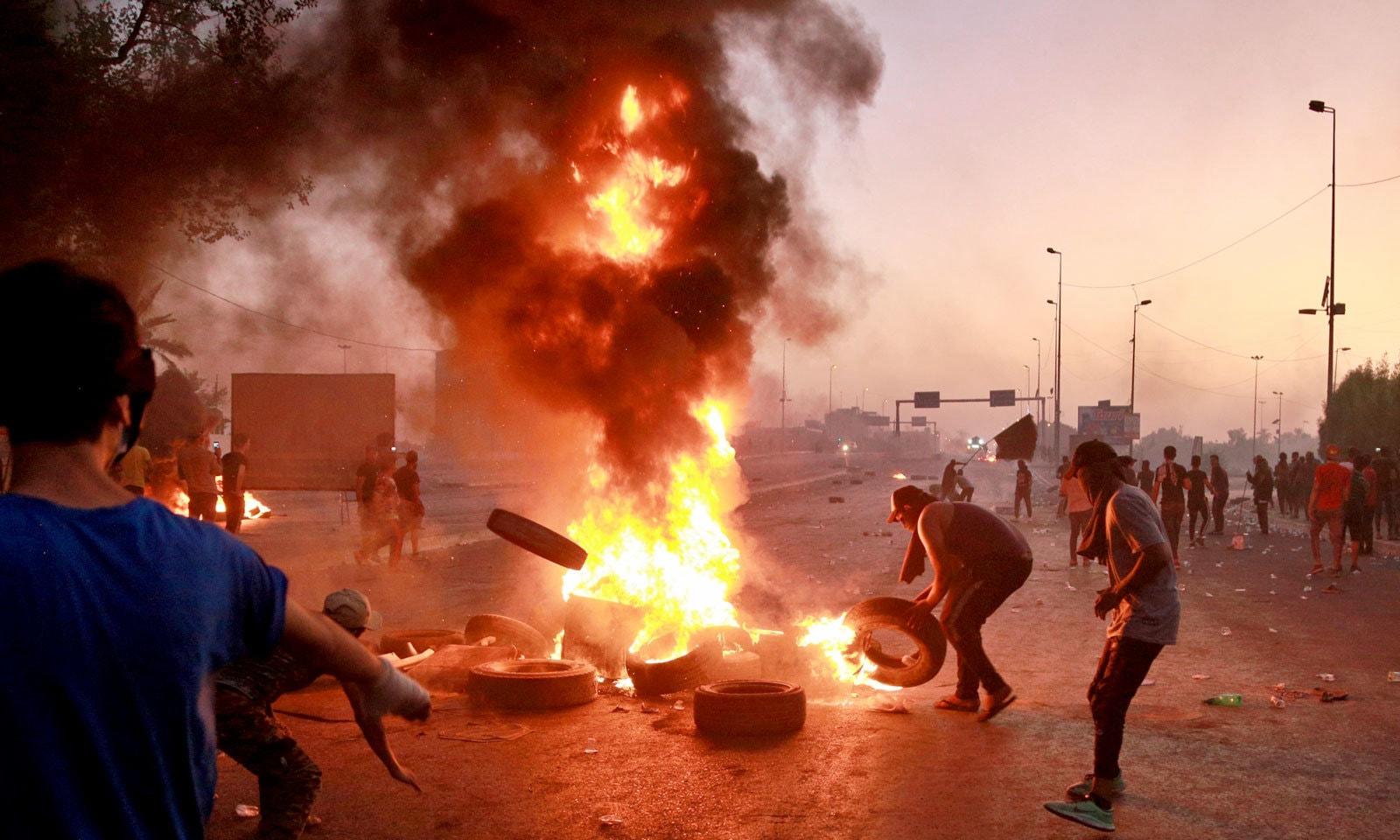 مظاہرین کی جانب سے جلاؤ گھیراؤ کا سلسلہ بھی جاری ہے — فوٹو: اے پی
